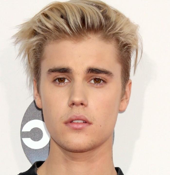 justin-bieber-coiffure-tres-originale-cheveux-blonds-qui-longs-sur-le-dessus