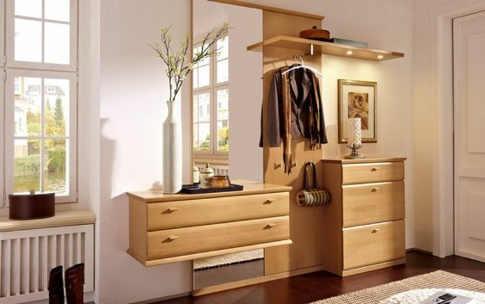22-meuble-couloir-des-placards-beiges-et-une-vase-blanche
