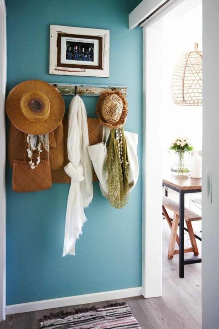 22-porte-manteau-mural-le-mur-est-en-bleu