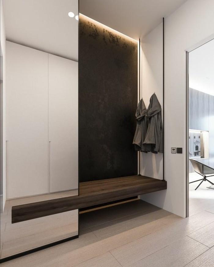 23-couloire-un-vetement-gris-est-suspendu