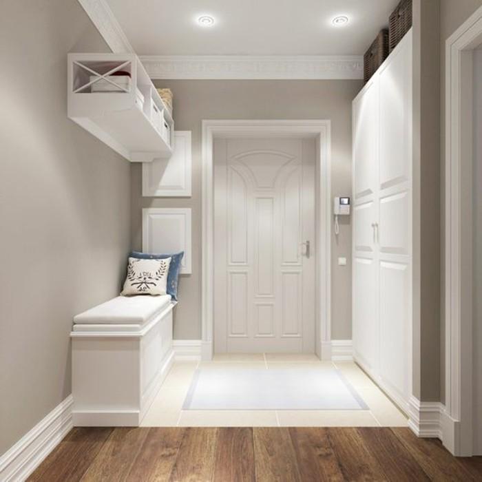 24-couloire-une-partie-du-sol-est-couverte-de-parquet-les-murs-sont-grisatres