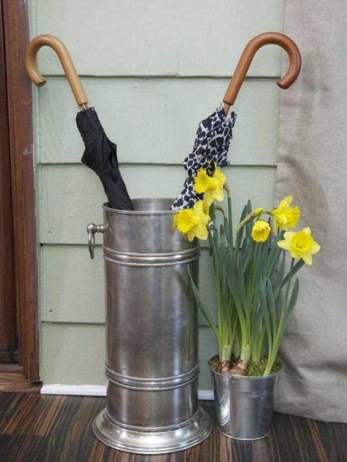 24-porte-parapluie-une-vase-avec-des-narcisses