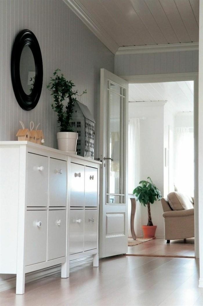 26-meuble-a-chaussure-pas-cher-un-miroir-rond-et-un-pot-avec-une-plante-verte