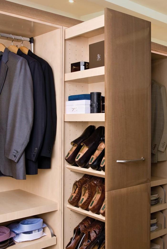 27-meuble-a-chaussure-pas-cher-des-manteaux-sont-suspendus