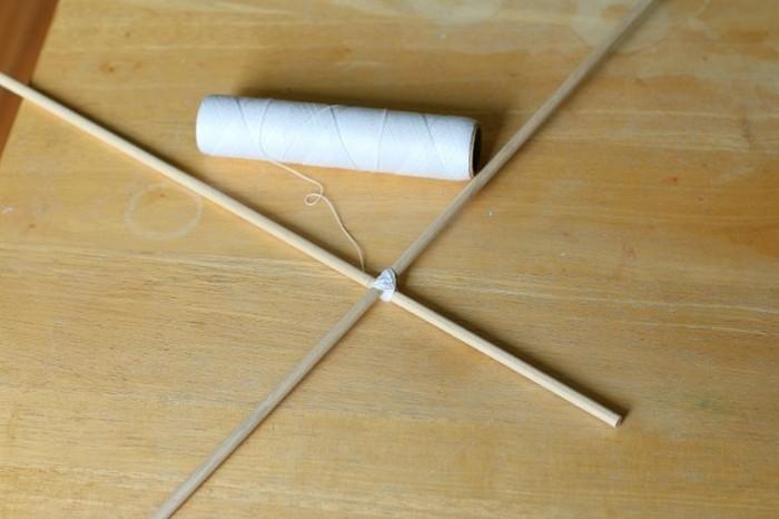 idee-magnifique-pour-fabriquer-un-cerf-volant-deux-baguettes-attachees-par-une-ficelle-seconde-etape