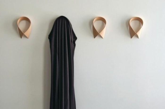 31-vestiaire-entree-quelques-crochets-avec-une-chemise-noire