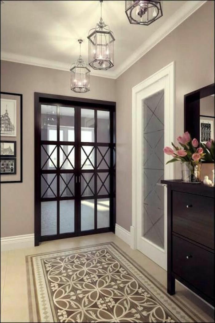 32-couloire-trois-lampes-allumees-un-placard-noir-et-une-vase-avec-des-fleurs