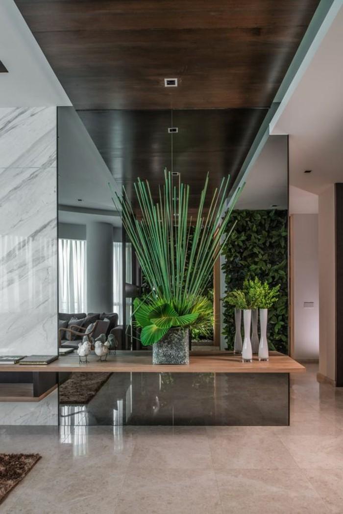 33-deco-de-couloir-une-plante-verte-est-posee-au-centre