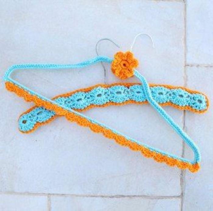 33-vestiaire-entree-deux-porte-manteaux-de-couleurs-bleu-et-orange