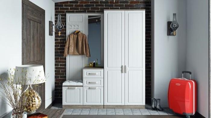 34-meuble-entree-une-garde-robe-blanche-un-placard-une-valise-et-une-lampe