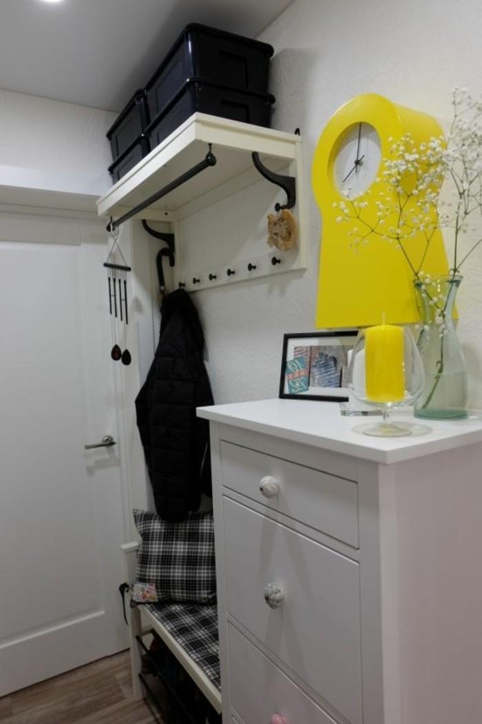 37-couloire-un-placard-blanc-une-porte-dentree-blanche