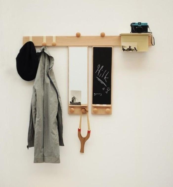 39-vestiaire-entree-un-appareil-photo-un-manteau-gris-et-un-chapeau-noir