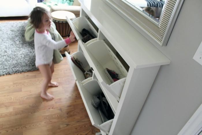 41-banc-chaussures-une-fille-qui-ouvre-le-placard