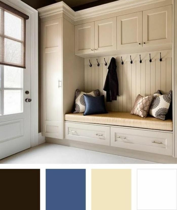 43-couloire-un-banc-avec-des-coussins-des-placards-blancs