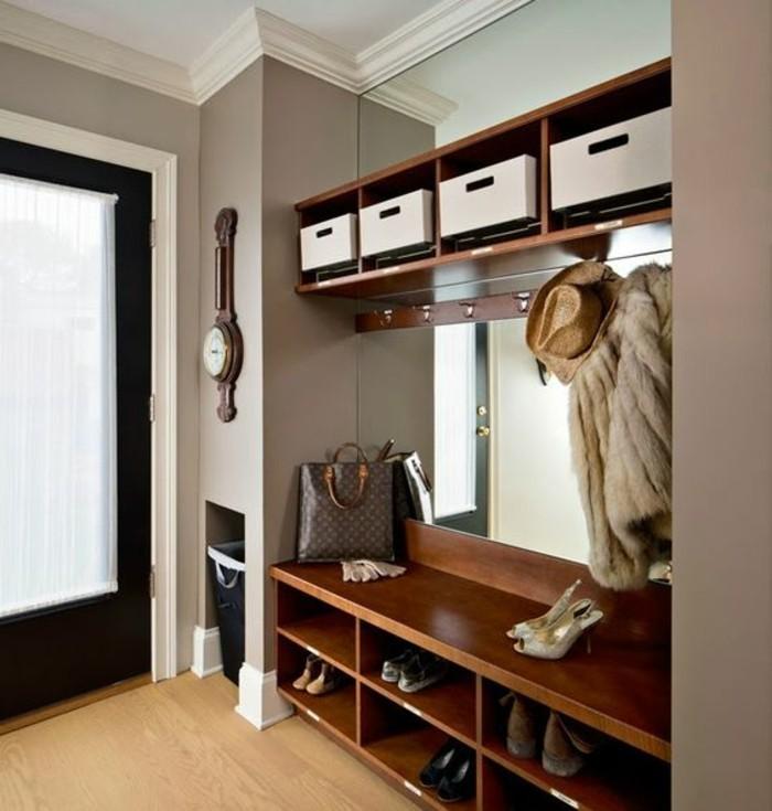 44-decoration-couloir-un-manteau-et-un-chapeau-pendus-des-placards-pour-des-chaussures