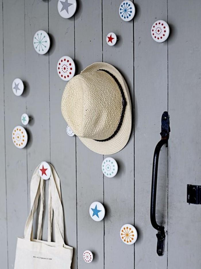 44-meuble-vestiaire-entree-un-mur-gris-un-chapeau-et-un-sac-sont-accroches