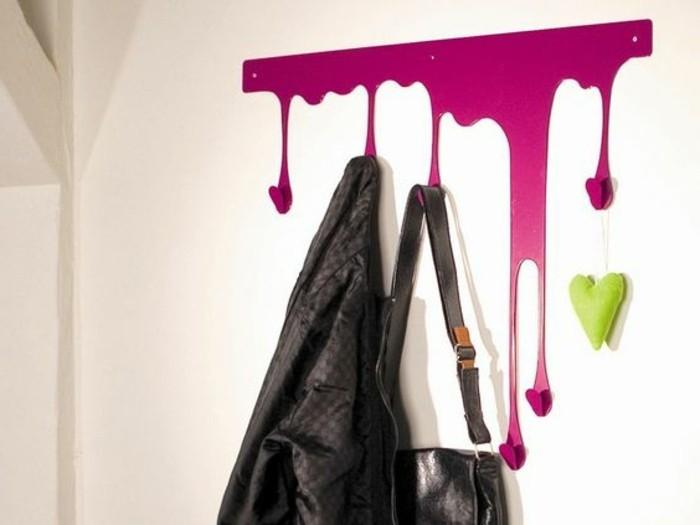 45-meuble-vestiaire-entree-une-variante-en-rose-un-manteau-et-un-sac-suspendus