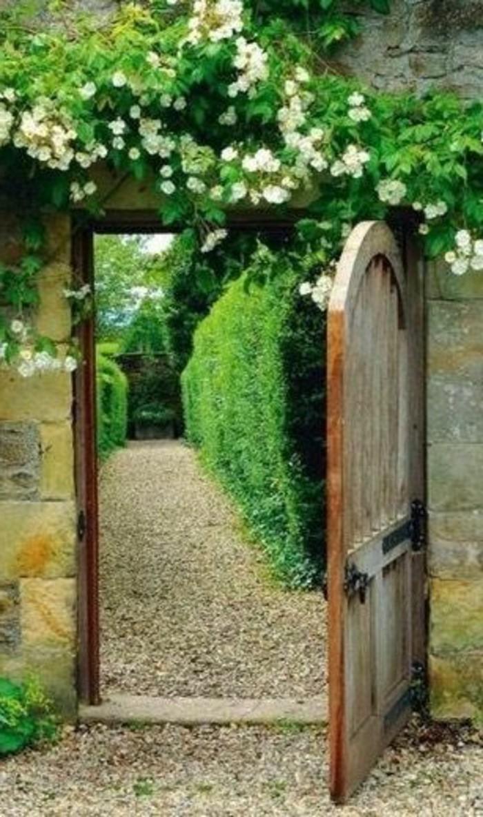 47-decoration-couloir-une-porte-de-bois-qui-est-ouverte
