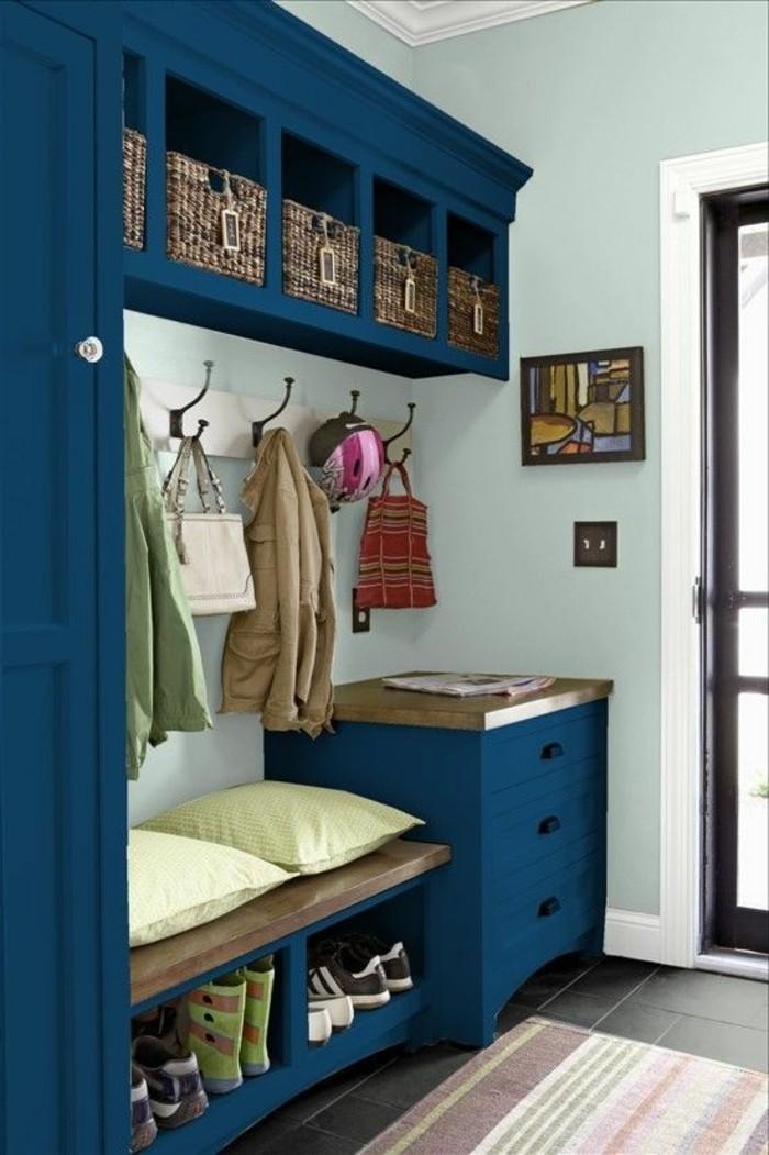 48-decoration-couloir-des-placards-bleus-des-chaussures-rangees-deux-coussins