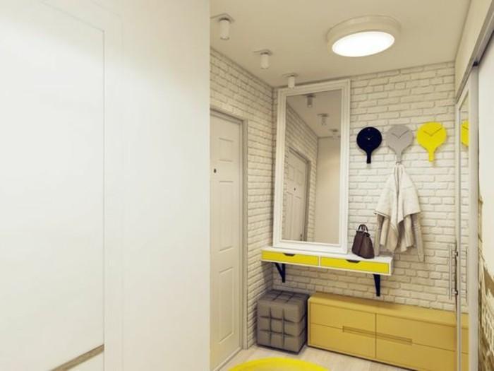 49-decoration-couloir-un-grand-miroir-des-placards-jaunes-pour-des-chaussures
