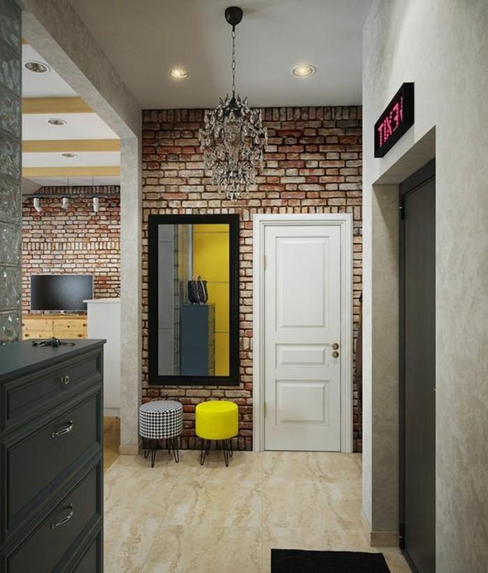 50-decoration-couloir-un-grand-miroir-deux-tabouret-un-placard-noir