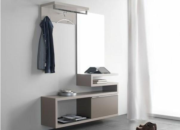 50-rangement-chaussure-une-chemise-suspendue-un-mur-gris