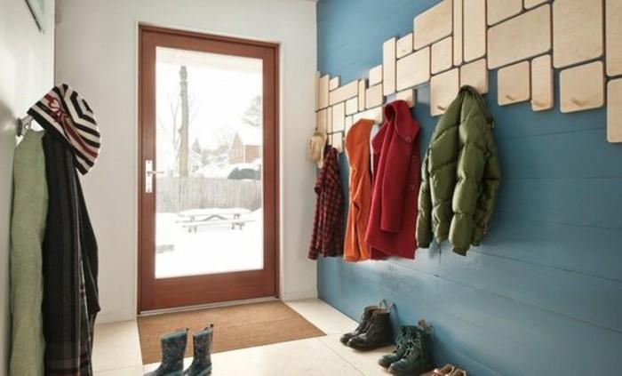 54-meuble-vestiaire-entree-un-mur-bleu-quelques-vetements-accroches-et-quelques-paires-de-chaussures