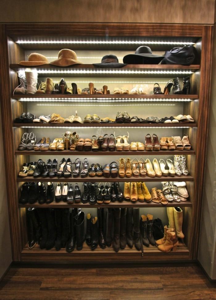 54-placard-a-chaussure-des-chapeaux-sur-le-rayon-superieur