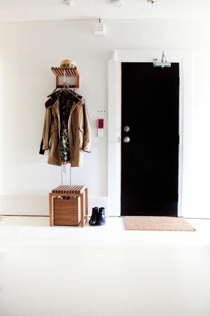55-porte-manteau-mural-un-tabouret-en-bois