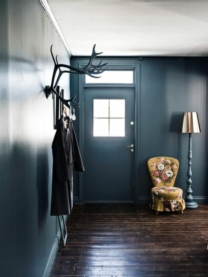 56-meuble-vestiaire-entree-des-murs-en-bleu-une-chaise-une-lampe-et-un-manteau-accroche