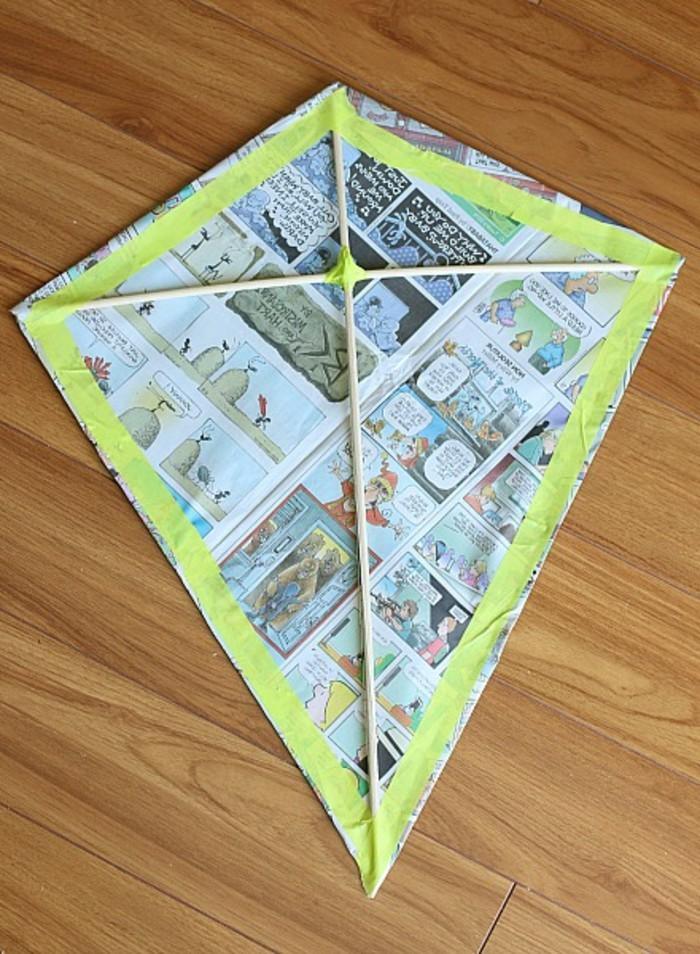 fabriquer-cerf-volant-cinquieme-etape-pliage-des-rebords-du-papier