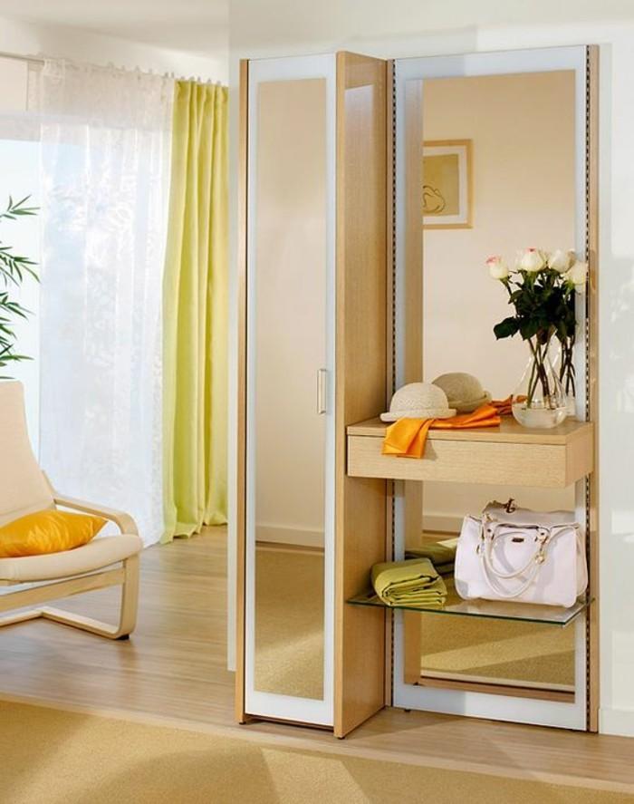 64-decoration-couloir-parquet-un-miroir-des-rideaux-jaunes