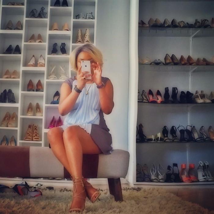 65-banc-range-chaussures-une-femme-qui-boit-son-cafe