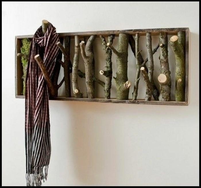 67-porte-manteau-couloir-en-bois-un-chale-suspendu
