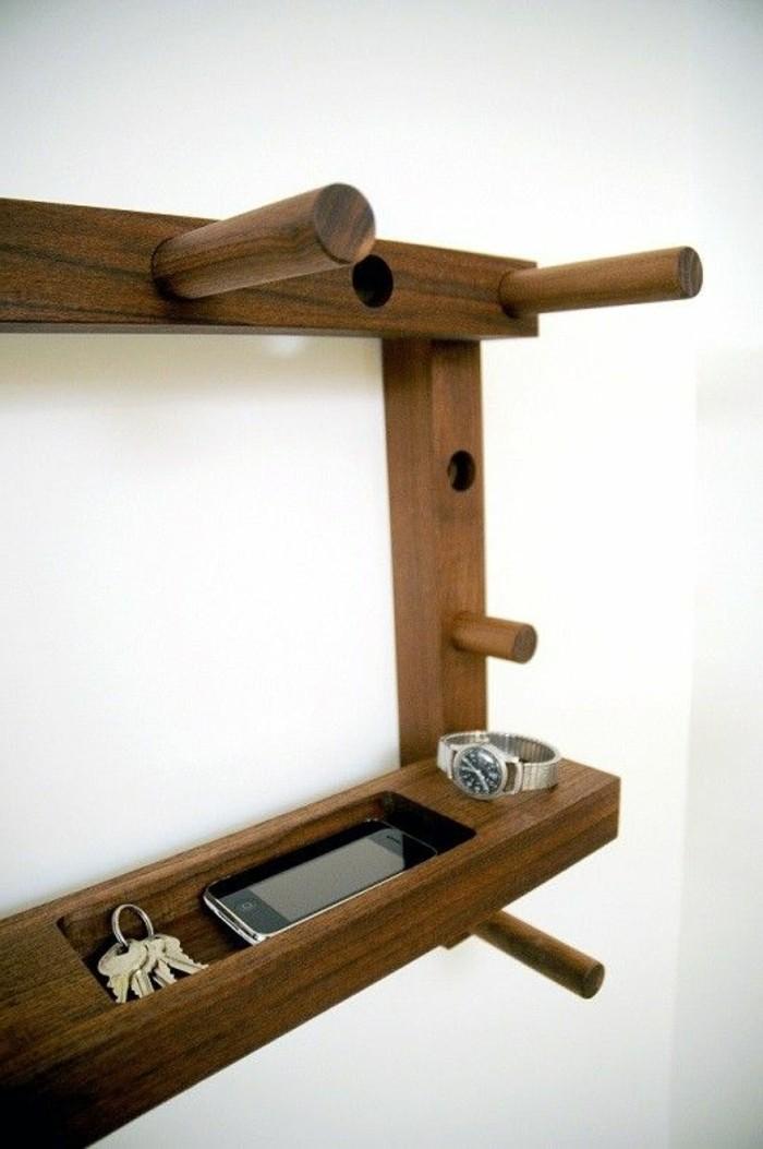 69-porte-manteau-couloir-un-telephone-mobile-des-cles-et-une-montre