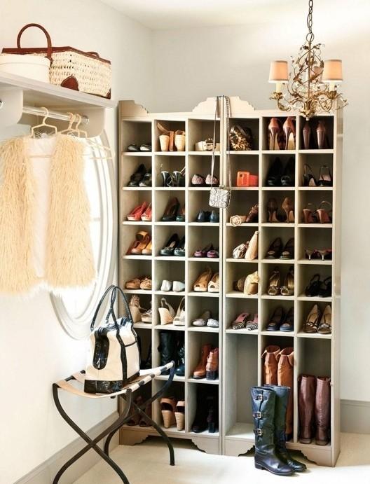 70-banc-range-chaussures-un-sac-est-mis-sur-une-chaise