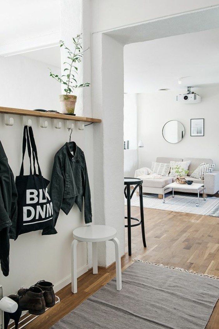 76-peindre-un-couloir-des-murs-en-blanc-deux-chaises-et-un-canape-au-fond
