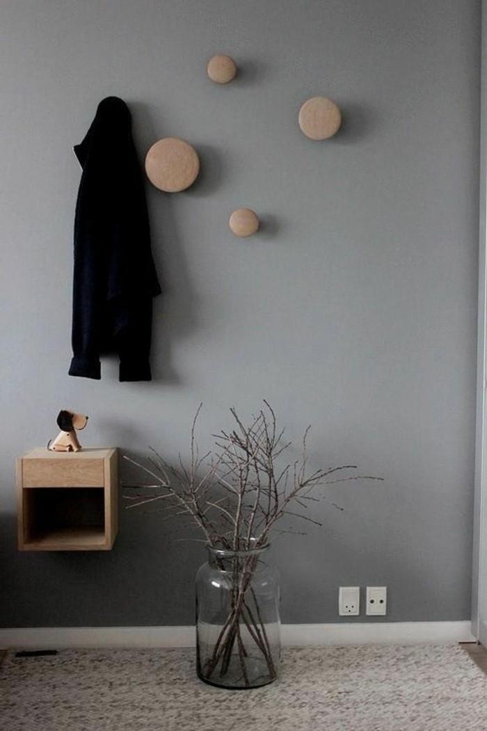 77-peindre-un-couloir-un-mur-gris-un-manteau-noir-est-suspendu