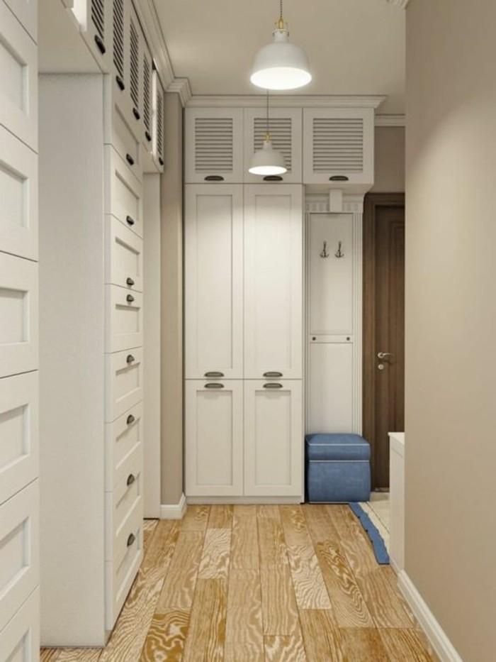 82-deco-couloir-etroit-une-garde-robe-et-des-placards-blancs