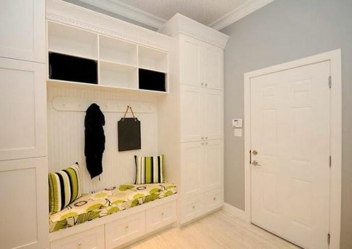 87-deco-couloir-etroit-petit-canape-avec-des-coussins-multicolores-des-placards-blancs