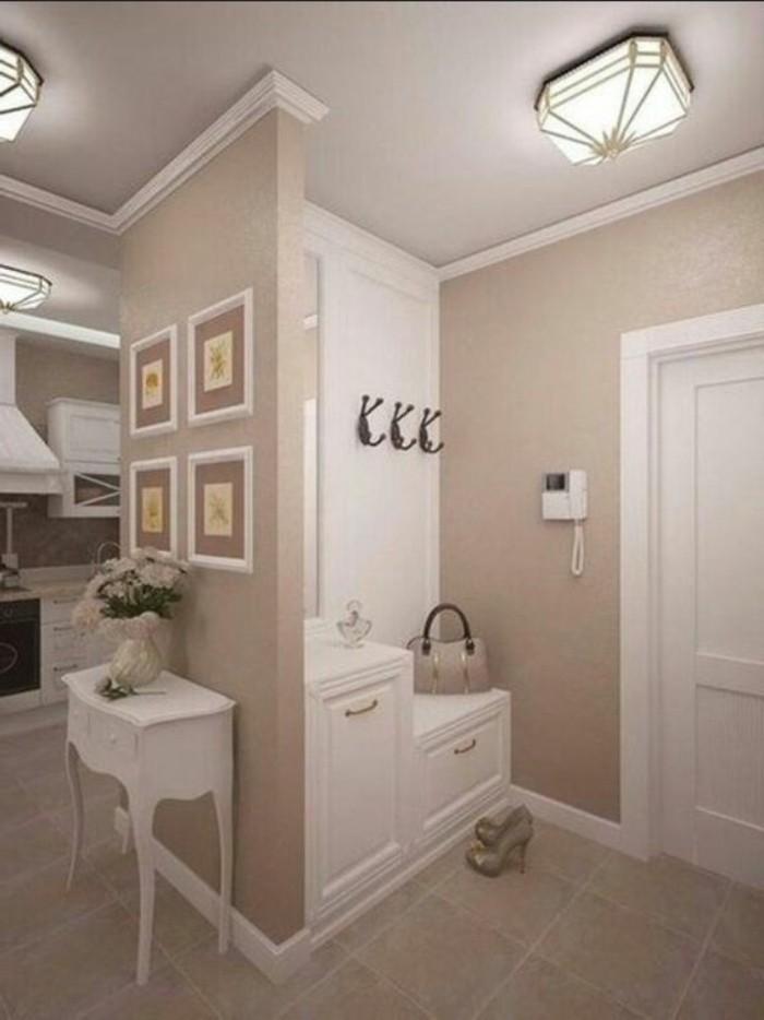 88-peinture-couloir-etroit-eclairage-une-paire-de-chaussures-une-petite-table-blanche