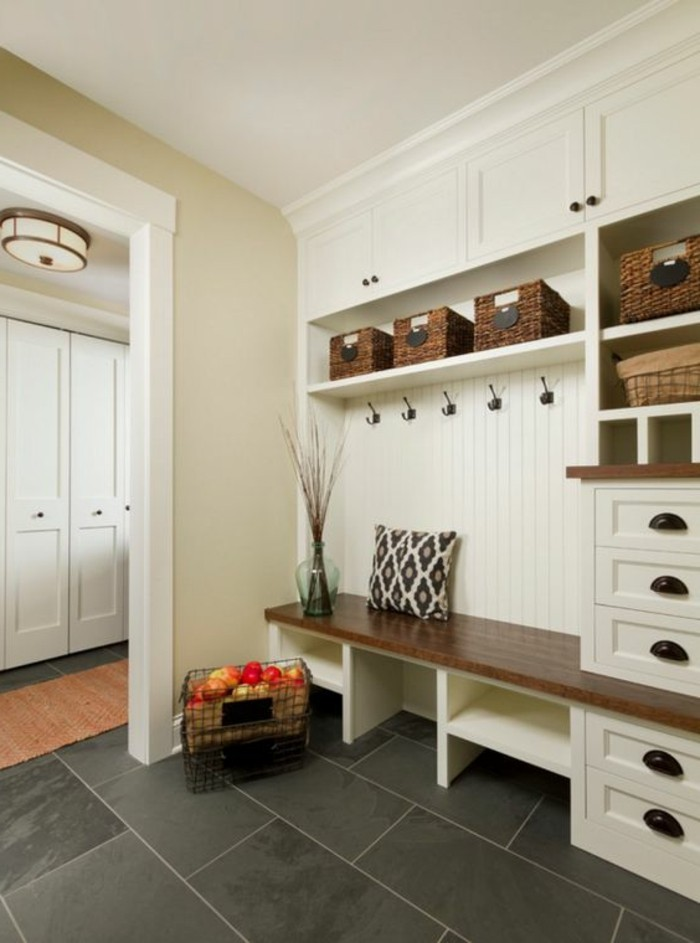 91-peinture-couloir-etroit-des-carreaux-noirs-un-panier-avec-des-pommes