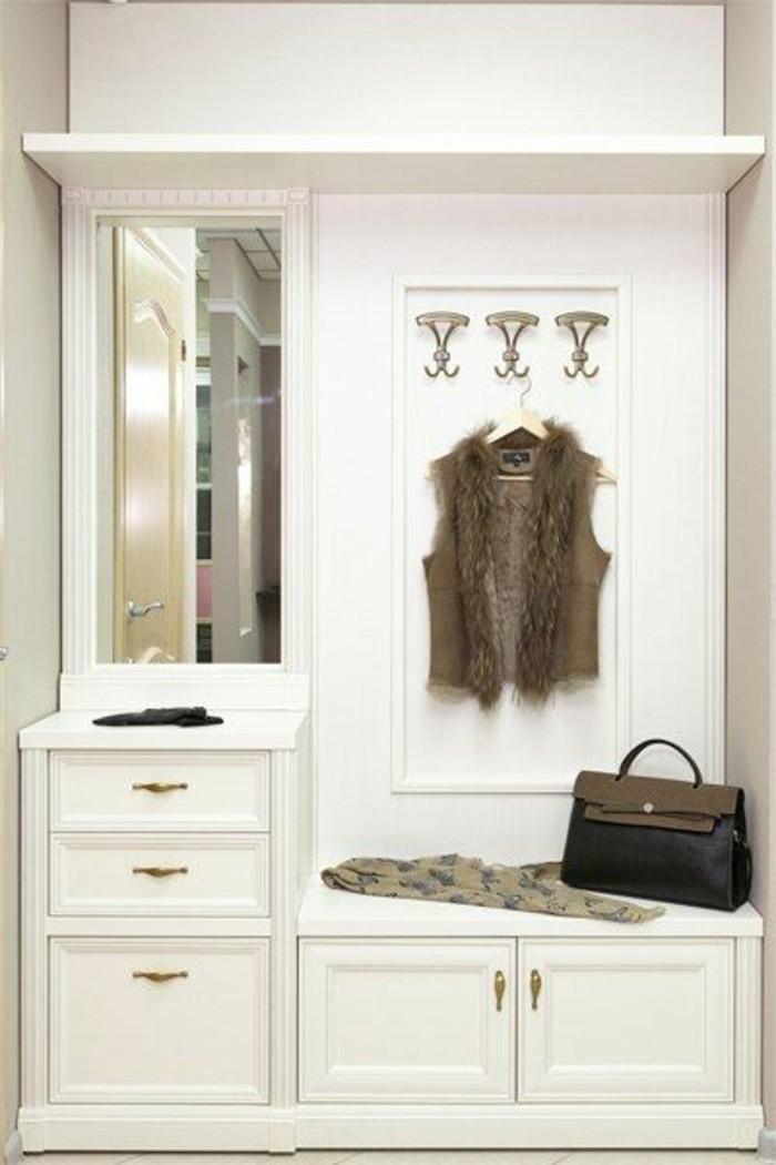 94-peinture-couloir-etroit-des-placards-blancs-un-petit-miroir-un-sac-a-main