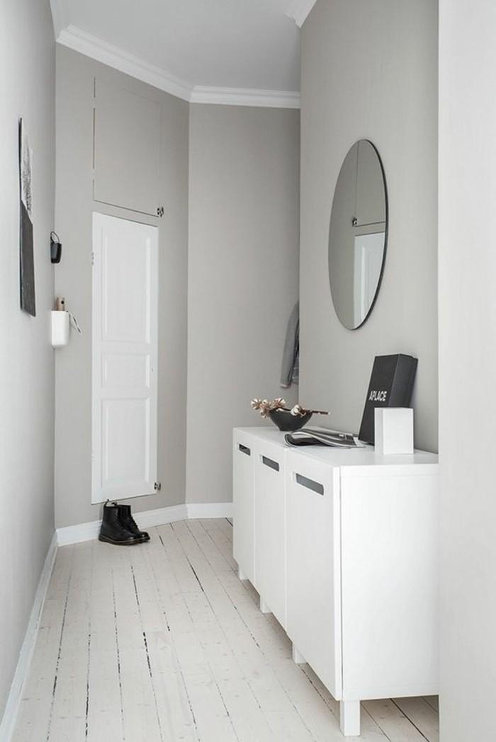 95-peinture-couloir-etroit-un-miroir-rond-des-placards-blancs
