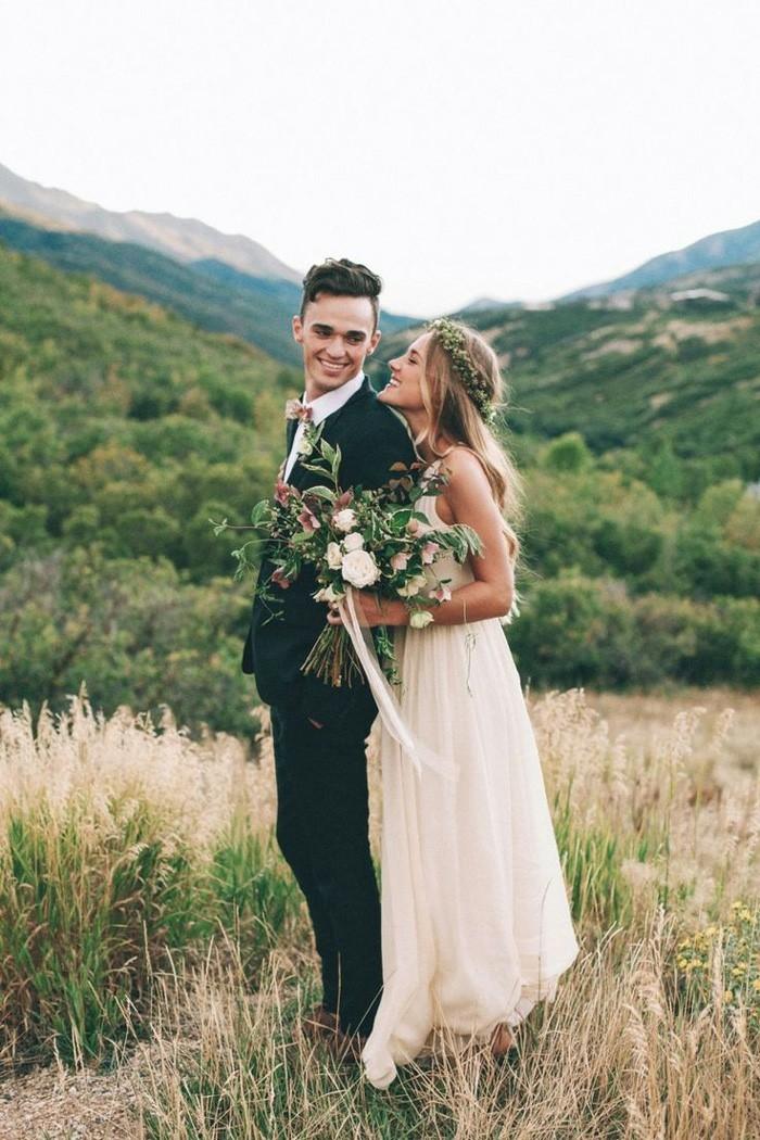 boho-couple-belles-robes-de-mariee-simples-et-chic-idee