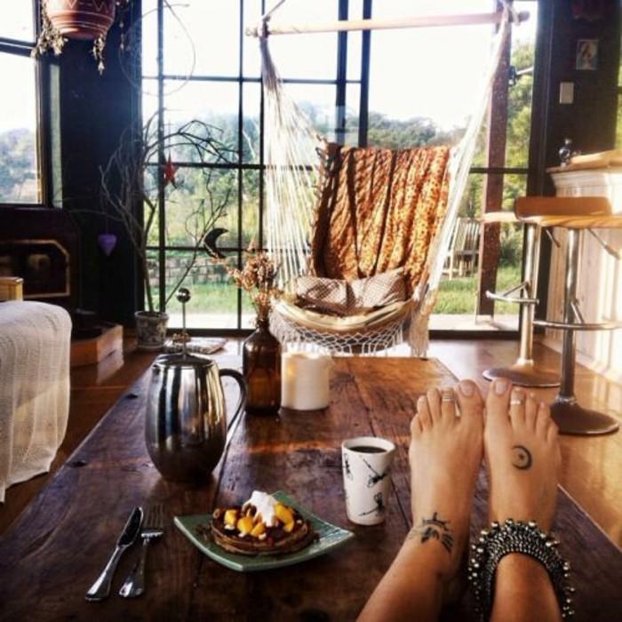 chaise-hamac-suspendu-une-tarte-et-un-cafe-sont-servis-sur-la-table