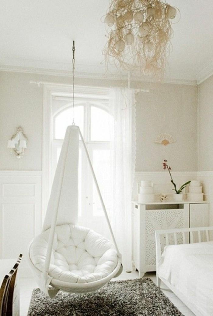 hamac-siege-un-lit-avec-une-couverture-blanche