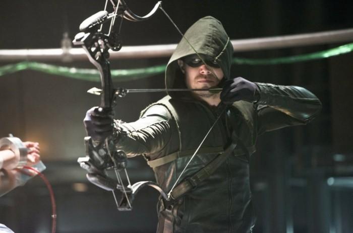 stephen-amell-dans-le-role-de-green-arrow-personnage-de-fiction-bd-fabriquer-un-arc-super-sophistique