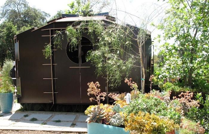 abri-de-jardin-pvc-design-marron-style-bunker-moderne-metal
