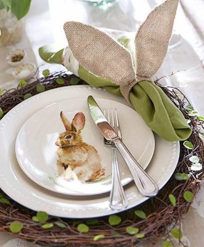 admirable-idee-deco-table-de-paques-qui-va-charmer-vos-invites-assiette-lapin-tres-jolie-pieces-de-vaisselle-poses-dans-un-nids